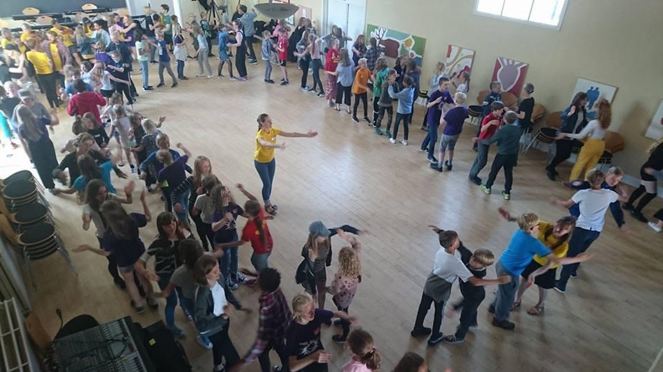 Folkedans med mange børn